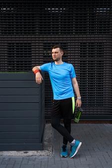 Sportliches mannporträt über grauem hintergrund