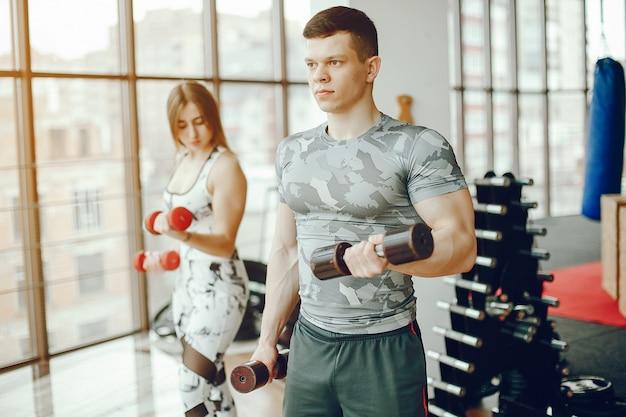 Sportliches paar in einem fitnessstudio
