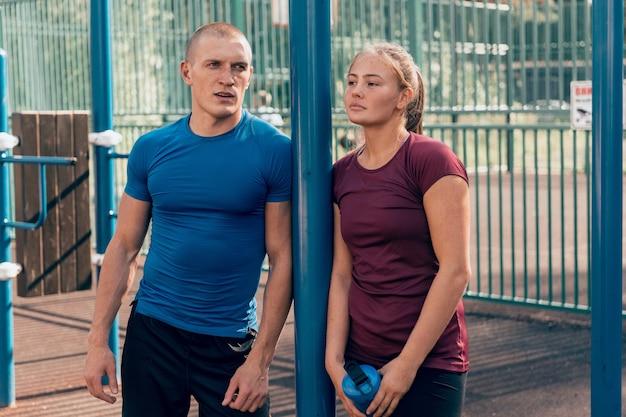Sportliches paar nach dem training im freien
