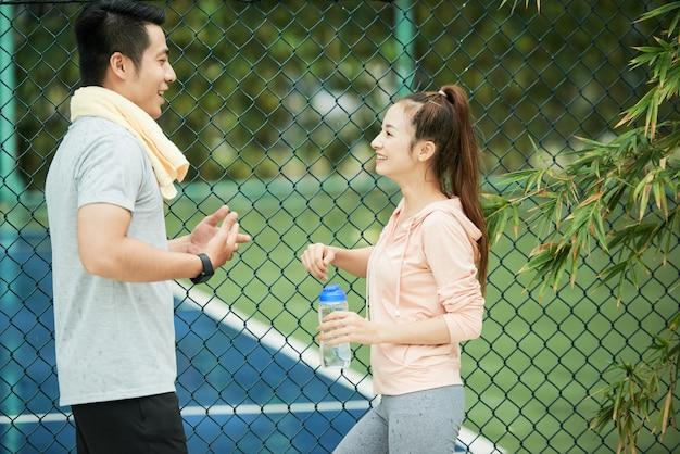 Sportliches paar sprechen