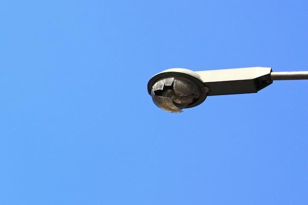 Sportlights-turm gebrochen auf blauem himmel