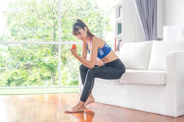 Sportmädchen, das gewichtsübung in der turnhalle tut
