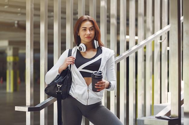 Sportmädchen in sportkleidung in einer stadt