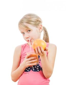 Sportmädchen mit einer pampelmuse in den händen eines smoothiegetränks.