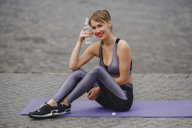 Sportmädchen-training in einem sommerpark