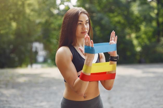 Sportmädchentraining mit sportgummibändern