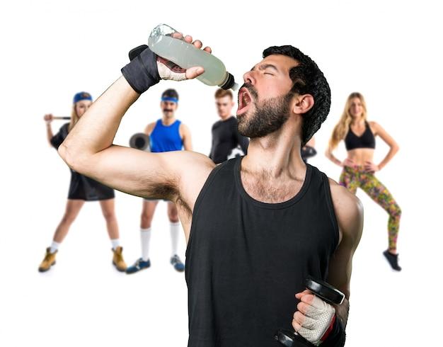 Sportman macht gewichtheben trinkwasser soda