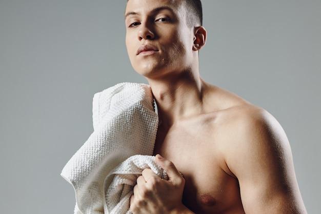 Sportmann mit einer aufgepumpten torso-workout-fitness