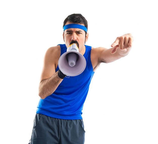 Sportmann schreit durch megaphon
