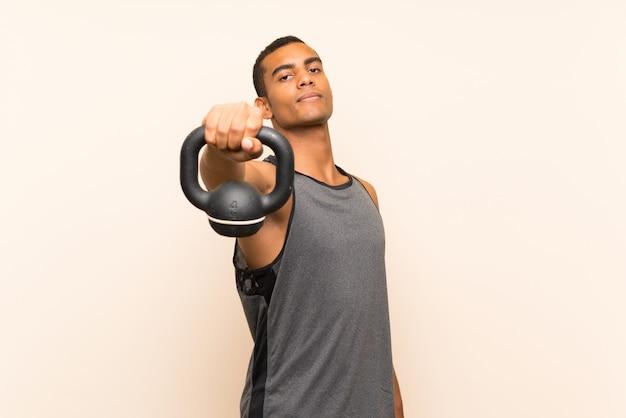Sportmann über getrenntem hintergrund mit kettlebell