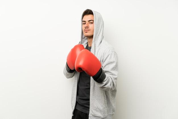 Sportmann über lokalisierter weißer wand mit boxhandschuhen