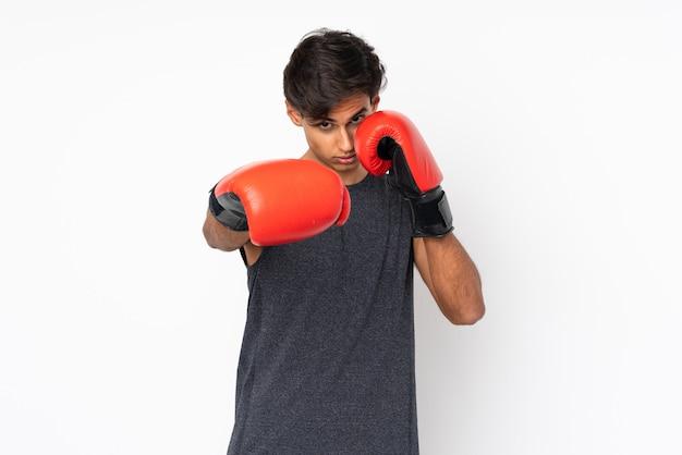 Sportmann über weißer wand mit boxhandschuhen