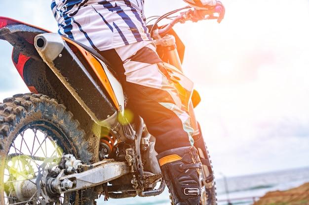 Sportmotorrad am straßenrand. biker bereit zu laufen