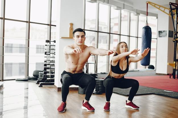 Sportpaare in einer morgenturnhalle