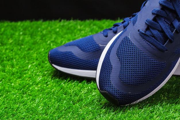 Sportschuhe auf gras