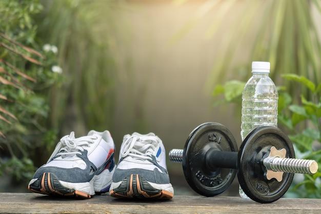 Sportschuhe auf unscharfem baum
