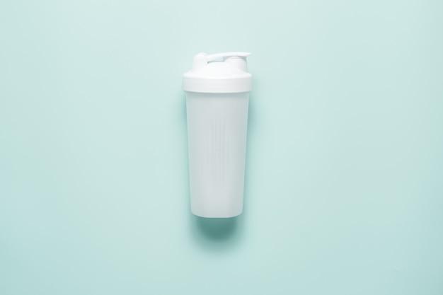 Sportshaker aus weißem kunststoff