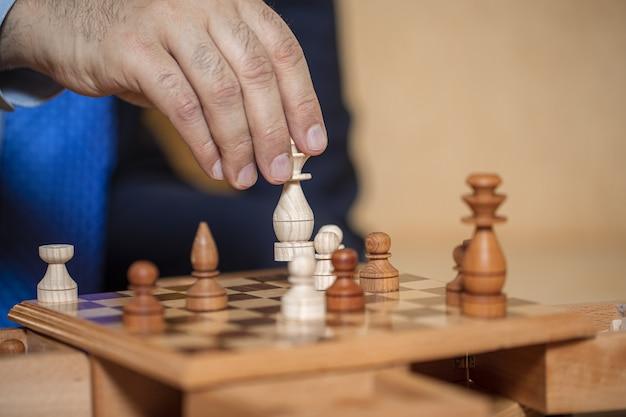 Sportspieler, der schach aus holz spielt