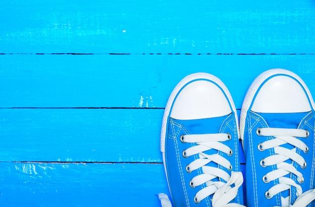 Sporttextilblaue turnschuhe mit weißen schnürsenkeln