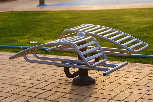 Sporttrainer-ausrüstung aus metallstahl für den sport draußen auf der straße.