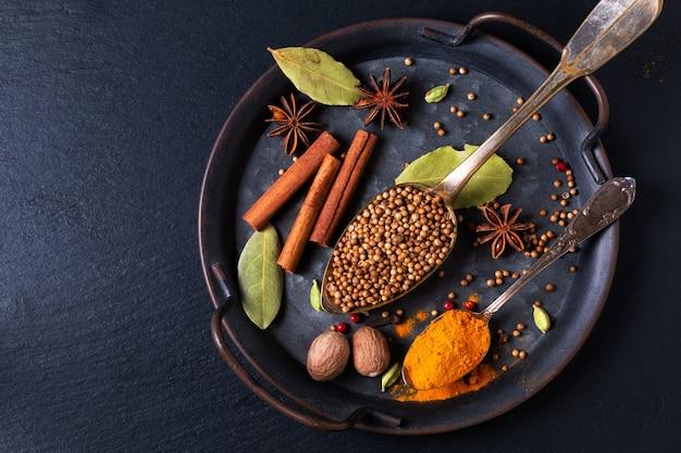 Spot fokus exotisches kräuter-food-konzept mischung der bio-gewürze