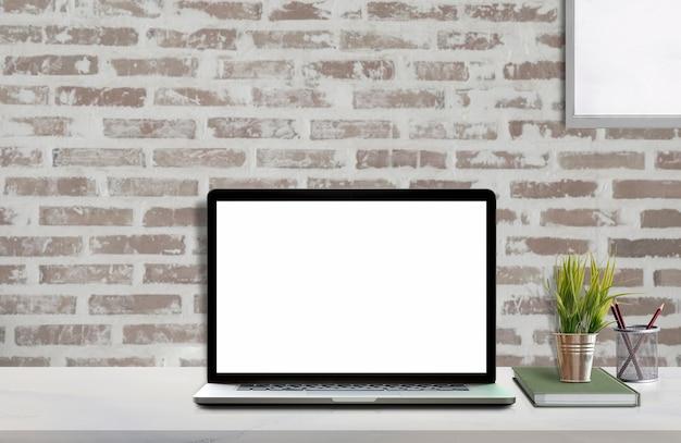 Spott herauf arbeitsplatz mit laptop und modellplakat des leeren bildschirms