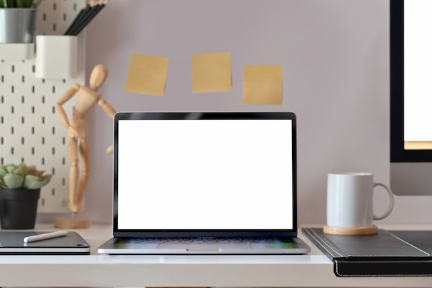 Spott herauf laptop des leeren bildschirms auf dachbodenschreibtisch