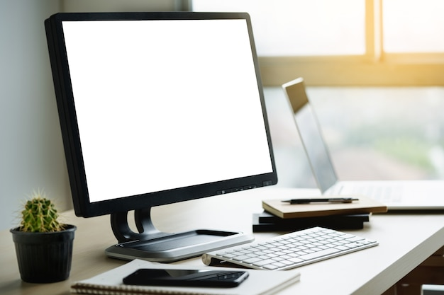 Spott oben unter verwendung des laptops mit dem computer des leeren bildschirms modern