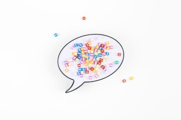 Spracheblase lightbox und mehrfarbenalphabet
