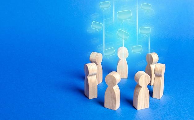 Sprachwolken im zentrum eines menschenkreises diskussionsprozesse in einem team oder einer gemeinschaft