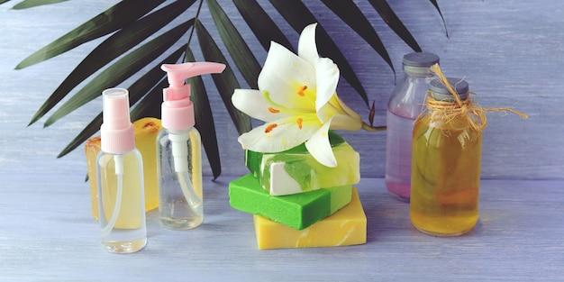 Spray, nützliche tinkturen, natürliche seife und frühlingsblume, körperpflegeprodukte für zu hause