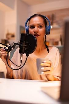 Sprechen über ein professionelles mikrofon während der vlog-aufnahme in der küche