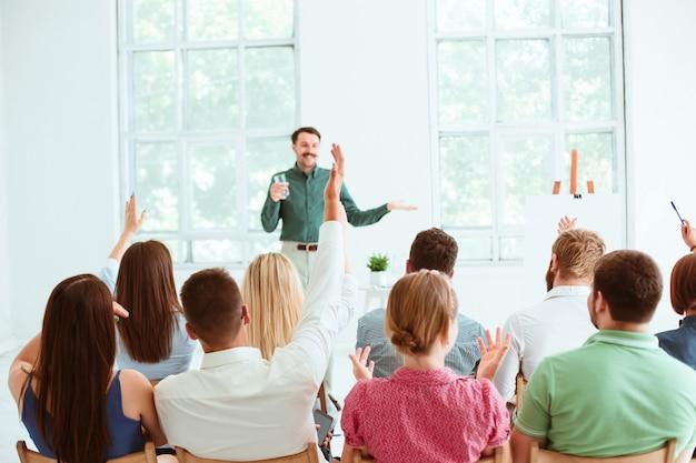 Sprecher beim geschäftstreffen im konferenzsaal.