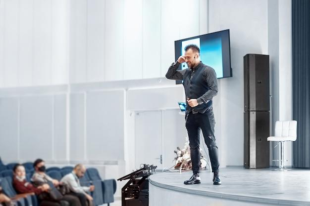 Sprecher, der einen vortrag im konferenzsaal bei einer geschäftsveranstaltung hält