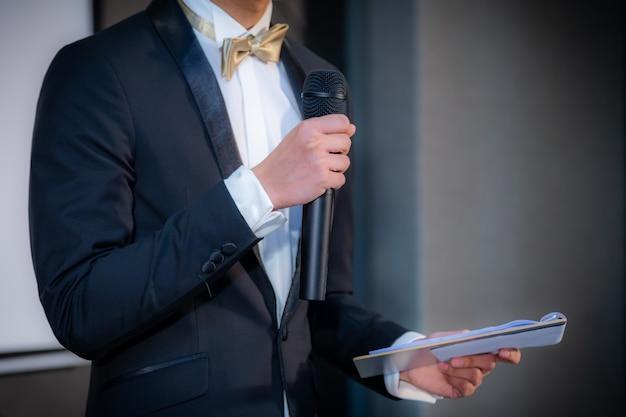 Sprecher hält einen vortrag im konferenzsaal bei einer geschäftsveranstaltung