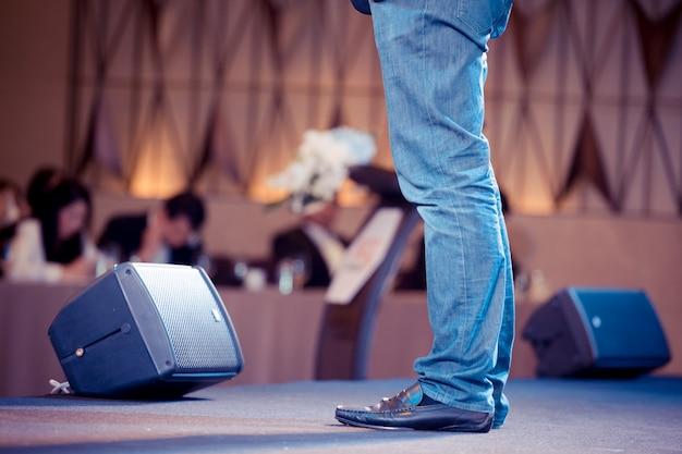 Sprecher spricht über business-konferenz. publikum im konferenzsaal. veranstaltung für business und entrepreneurship.