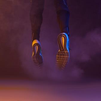 Springende beine im rauch