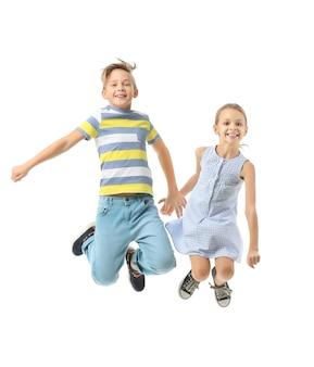 Springende kleine kinder auf weiß
