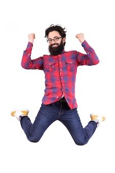 Springender bärtiger mann freut sich über sieg, geballte fäuste, bild lokalisiert auf weißem hintergrund
