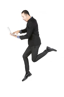 Springender geschäftsmann mit der laptop-computer getrennt auf weiß
