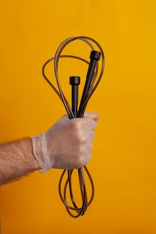 Springseil von einer hand mit schutzhandschuh gehalten