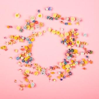 Springtable von blumen auf rosa.