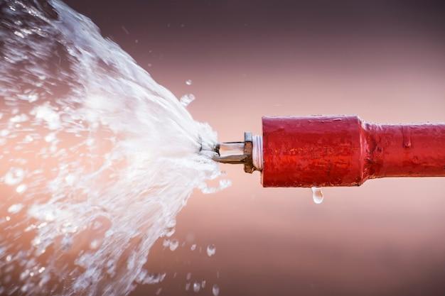 Sprinkler und rotes rohr.