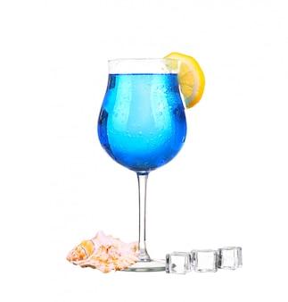 Sprite trinkt mit funkelndem soda und eis in glas isoliert auf weiß