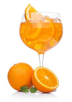 Spritz sommercocktail mit eis und orangenscheibe im weinglas auf weißem hintergrund