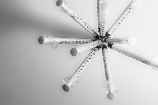 Spritze mit medizin isoliert auf grau