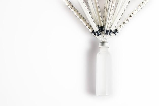 Spritze mit medizin isoliert auf weiß