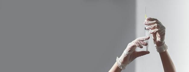 Spritze mit nadel auf grauem hintergrund medizinisches banner mit kopienraum für text