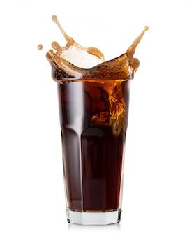 Spritzen sie in ein hohes glas cola