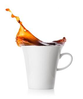 Spritzen sie kaffee in weiße porzellantasse